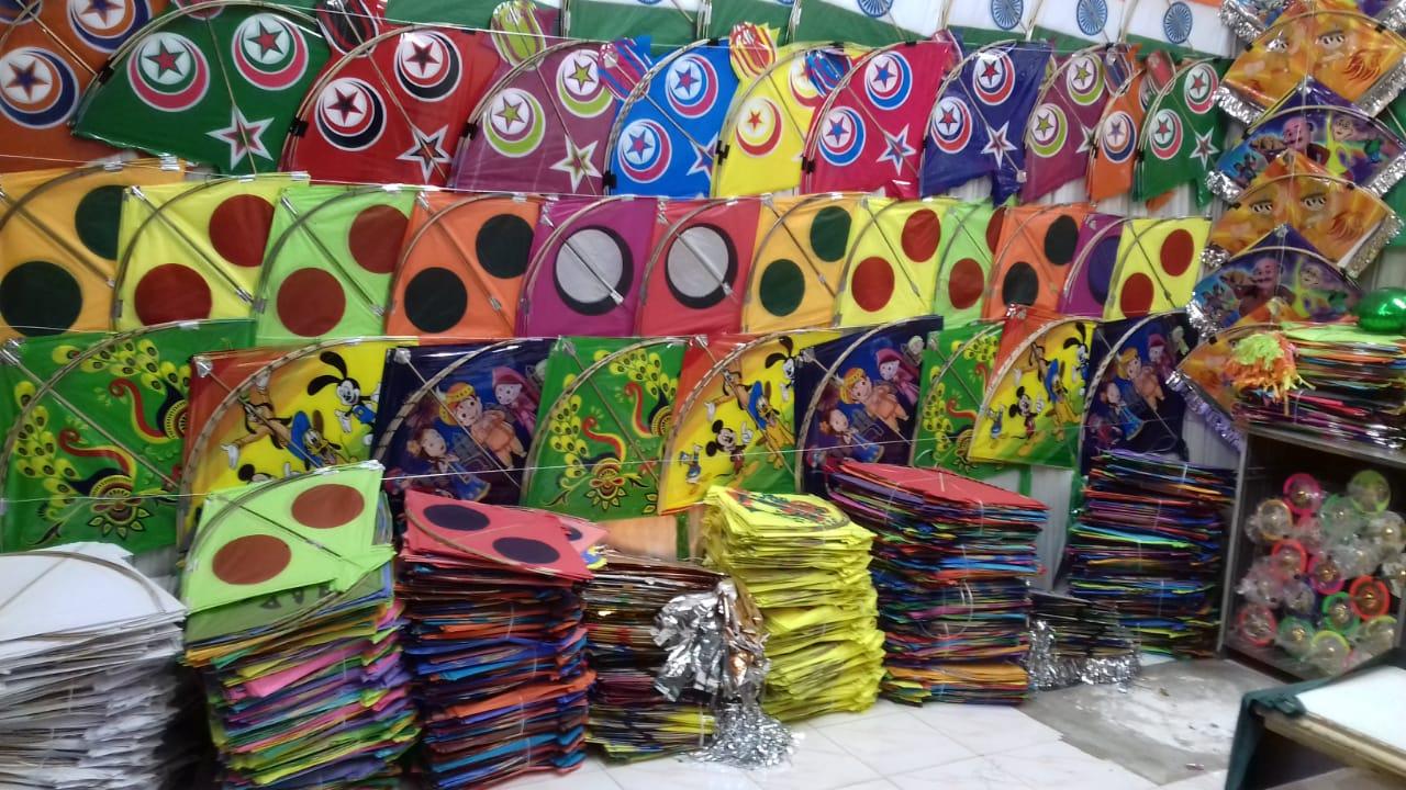 વાંકાનેરમાં છેલ્લા દિવસે રંગબેરંગી પતંગોની ઘરાકી દેખાઈ : બજારમાં ઉમટી ભીડ